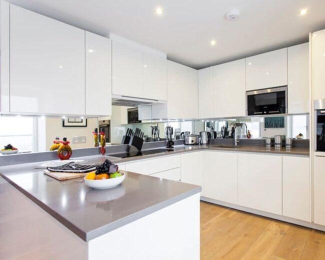 tủ bếp acrylic trắng bóng