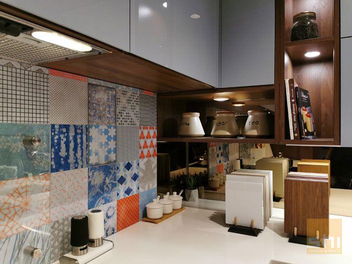 Tủ bếp chữ l phủ acrylic cho căn hộ nhỏ - hình 03