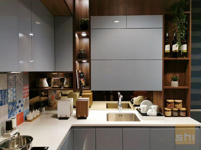 Tủ bếp chữ l phủ acrylic cho căn hộ nhỏ - hình 02