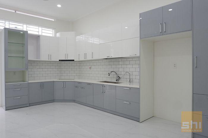 Mẫu tủ bếp chữ L phủ acrylic đẹp đơn giản - hình 01