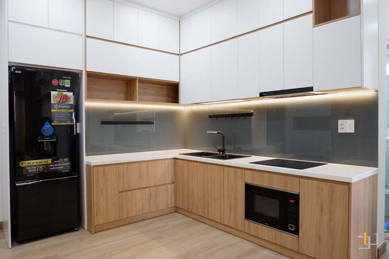 Mẫu tủ bếp mdf chữ L phủ melamine cho căn hộ nhỏ
