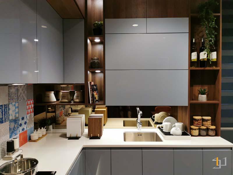 Tủ bếp chữ l đẹp phủ acrylic cho căn hộ nhỏ