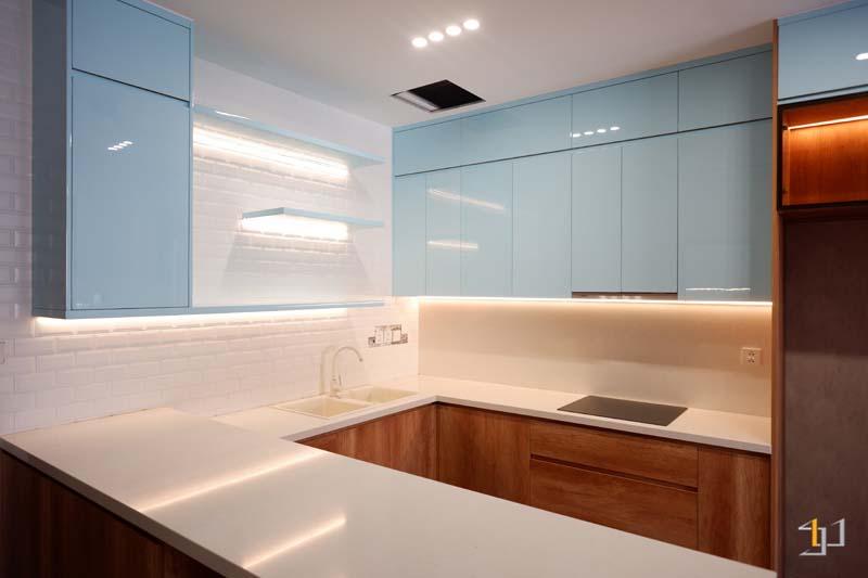 Tủ bếp gỗ mdf chống ẩm kiểu chữ U phủ acrylic kết hợp melamine