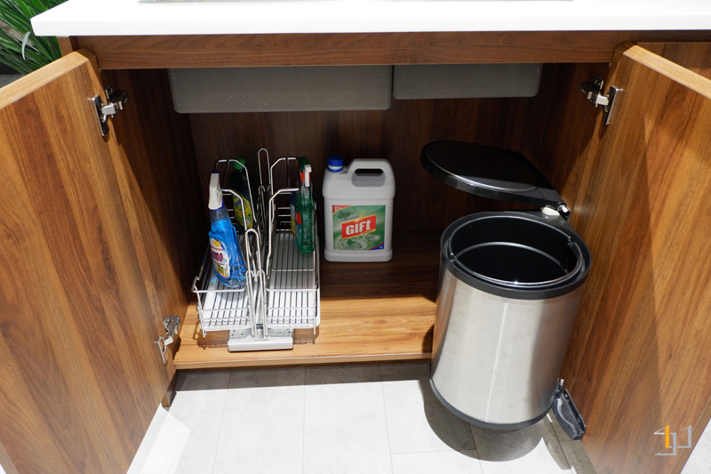 Thùng rác – kệ chai lọ tẩy rửa tủ bếp