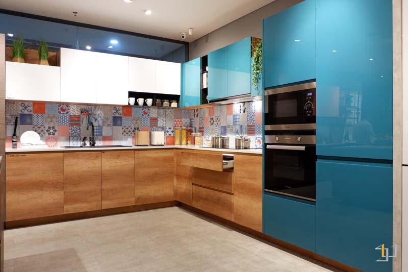 Mẫu tủ bếp dưới phủ melamine kết hợp bếp trên phủ acrylic sang trọng