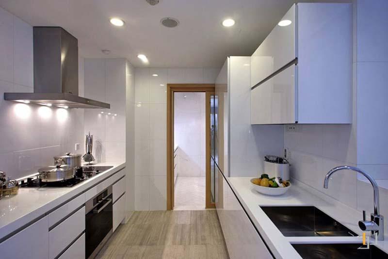 Tủ bếp song song đơn giản mà đẹp phủ acrylic