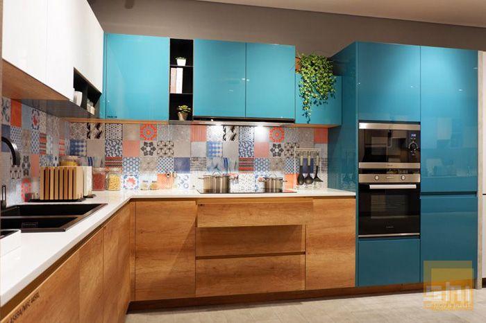 Mẫu tủ bếp dưới phủ melamine kết hợp bếp trên phủ acrylic sang trọng - hình 02