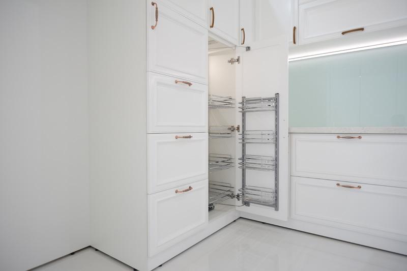 Tủ kho được bố trí trong tủ bếp sơn 2k rât đẹp