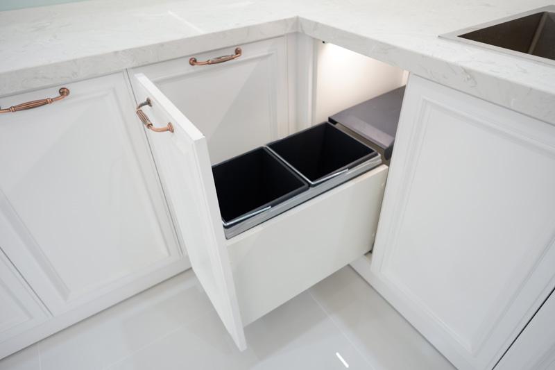 thùng rác là phụ kiện bếp cần thiết