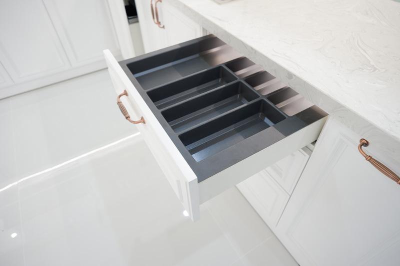 khay chia muỗng nĩa được bố trí trong tủ bếp