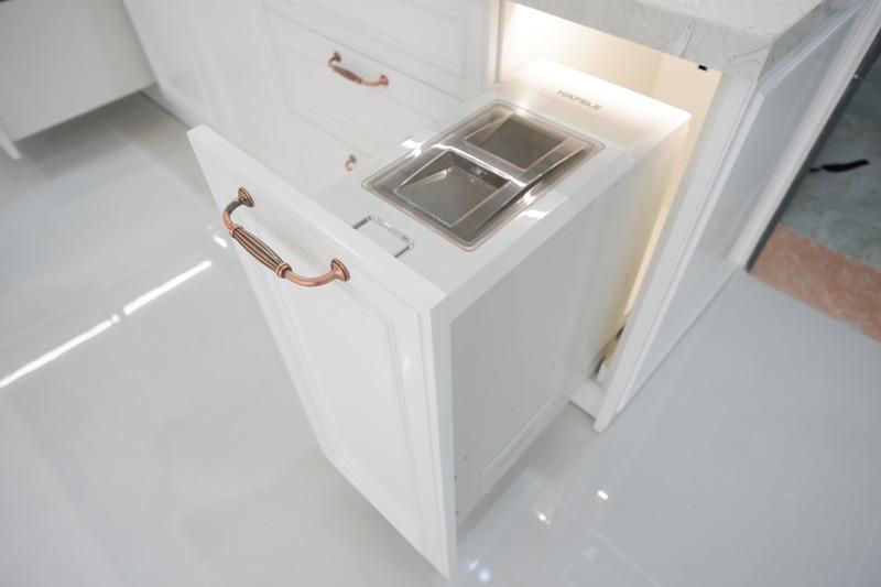 thùng gạo được bố trí trong tủ bếp sơn