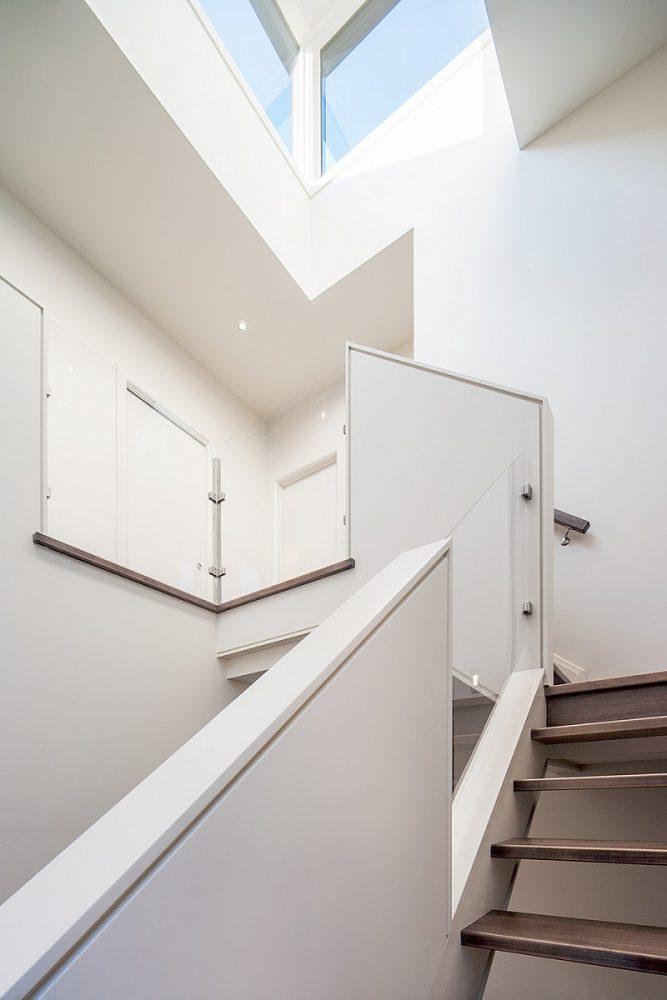 Cầu thang trong thiết kế nội thất biệt thự song lập