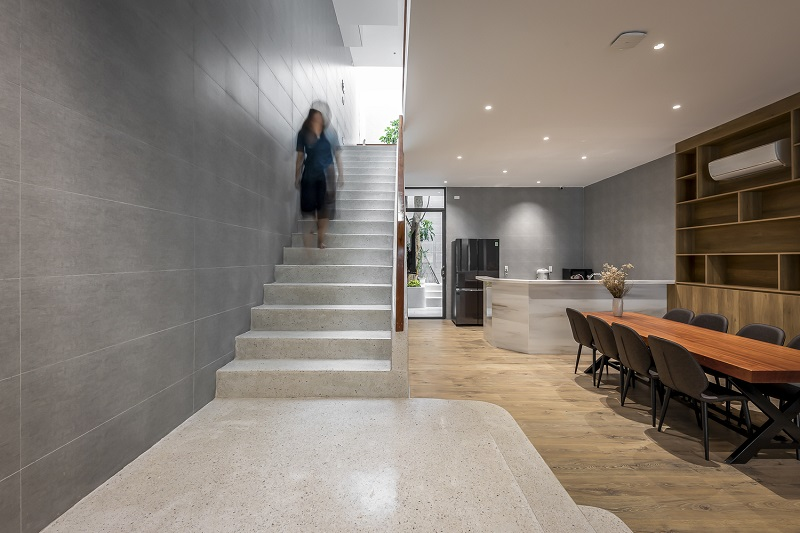 Cầu thang dẫn lên lầu 1 trong thiết kế nội thất biệt thự liền kề