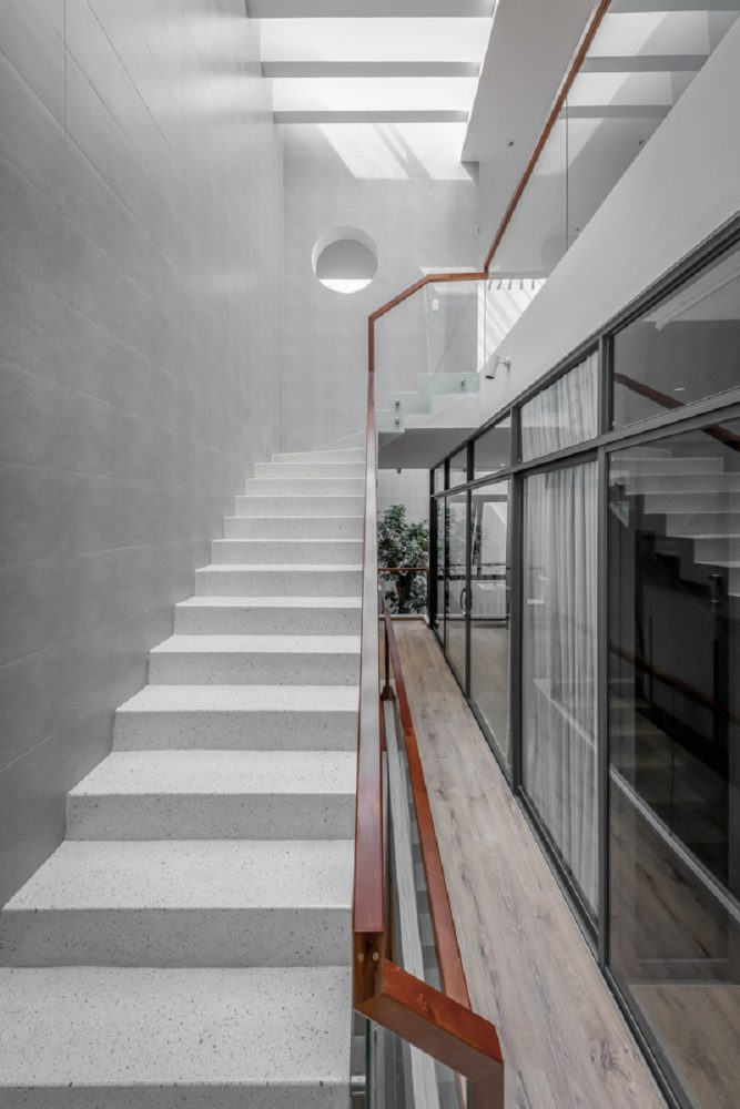 Góc cầu thang dẫn lên tầng 3 trong thiết kế biệt thự liền kề