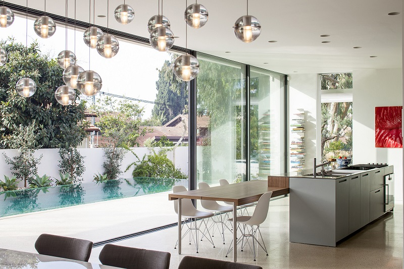 Phòng bếp cạnh hồ bơi trong thiết kế nội thất biệt thự liền kề