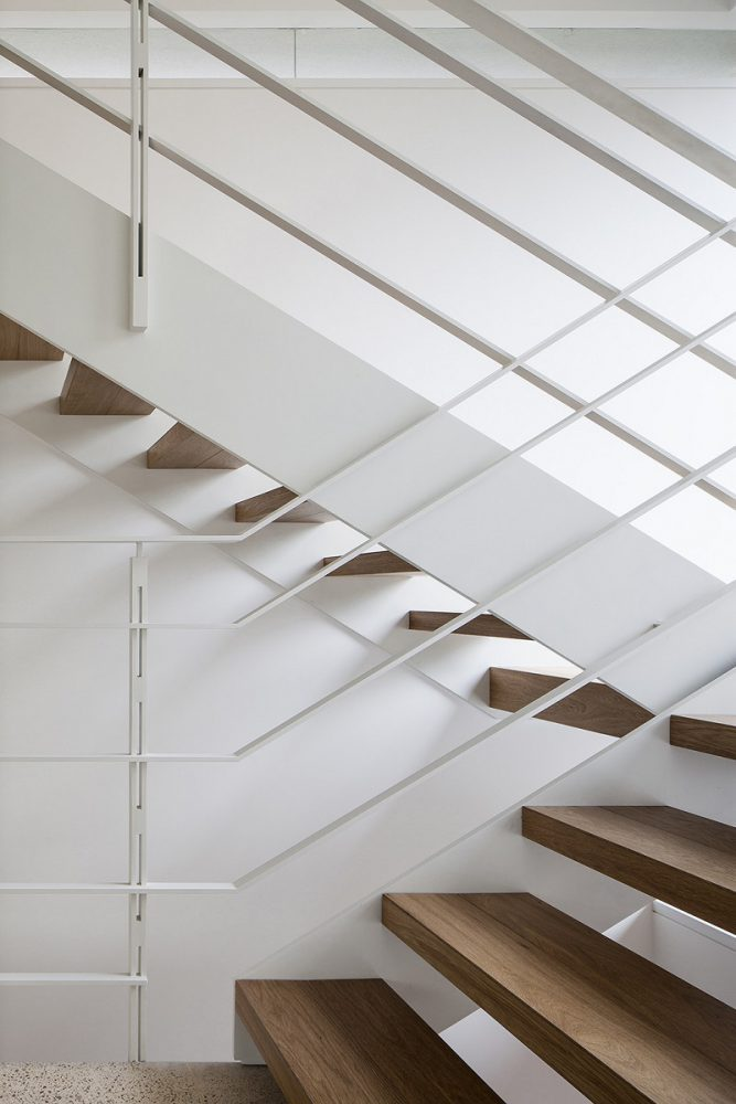 Cầu thang mở trong thiết kế nội thất biệt thự liền kề