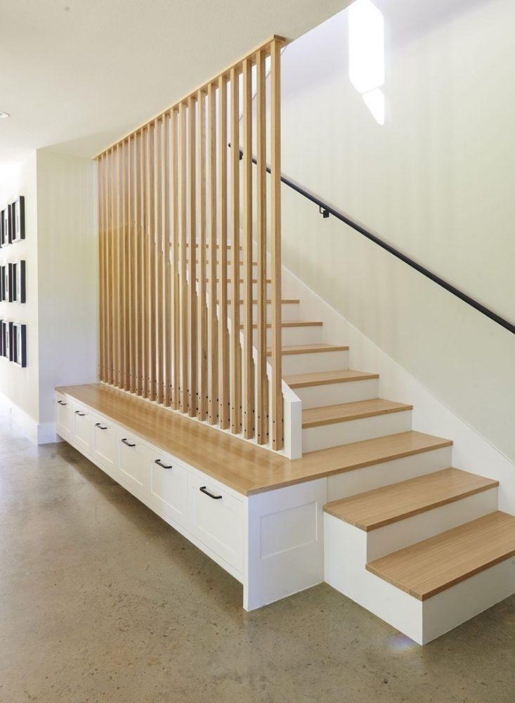 Trang trí cầu thang biệt thự bằng lam gỗ