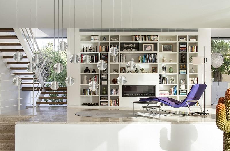 Gia chủ dành riêng một góc thư giãn giữa nhà với thiết kế ghế tựa màu tía bắt mắt