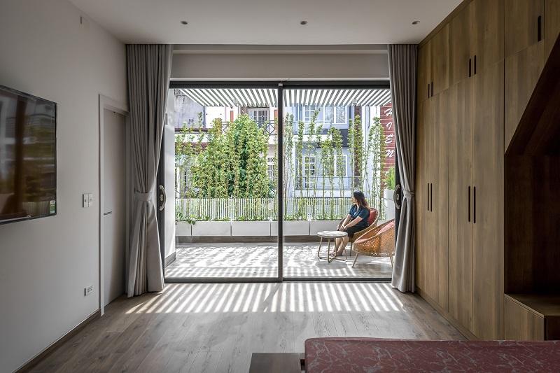 Phòng ngủ Master của bố mẹ sở hữu ban công siêu chất với ánh sáng và cây xanh