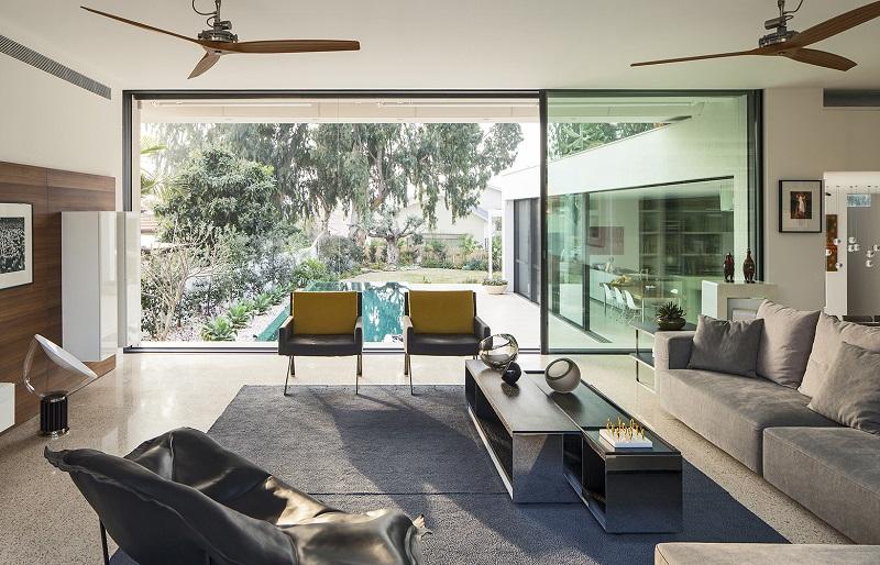 Tầm nhìn phòng khách hướng ra hồ bơi và sân vườn bên ngoài