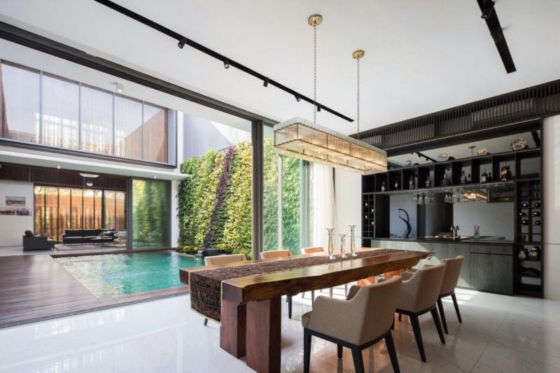 Phòng bếp và bàn ăn được bố trí trong cùng một không gian