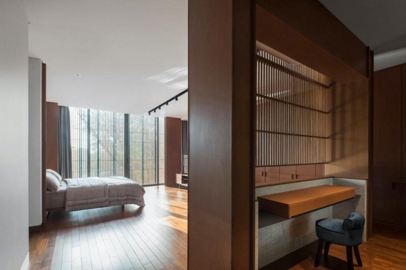 Phòng làm việc được ngăn cách với phòng ngủ bằng lam gỗ