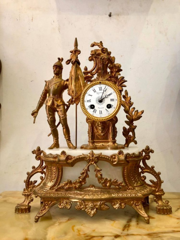 Trang trí bàn bằng đồng hồ cổ