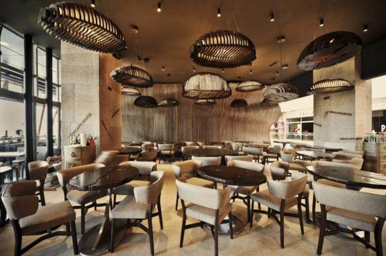 Thiết kế nội thất quán cà phê lấy tông nâu gỗ làm chủ đạo