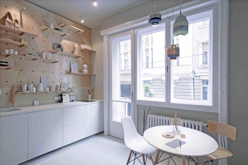 Bếp nấu và bàn ăn được bố trí bên cửa sổ lớn