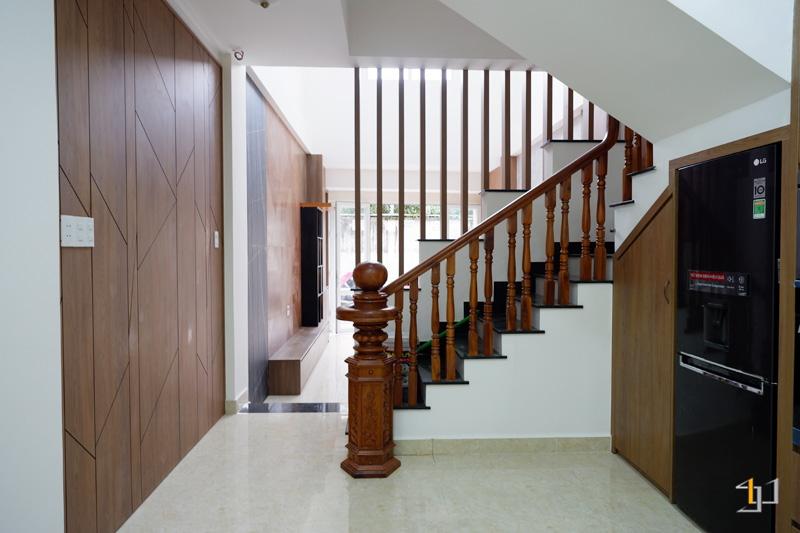 Thi công nội thất hoàn thiện vách trang trí đối diện cầu thang