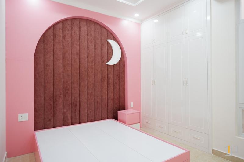 Thi công nội thất hoàn thiện vách đầu giường con gái