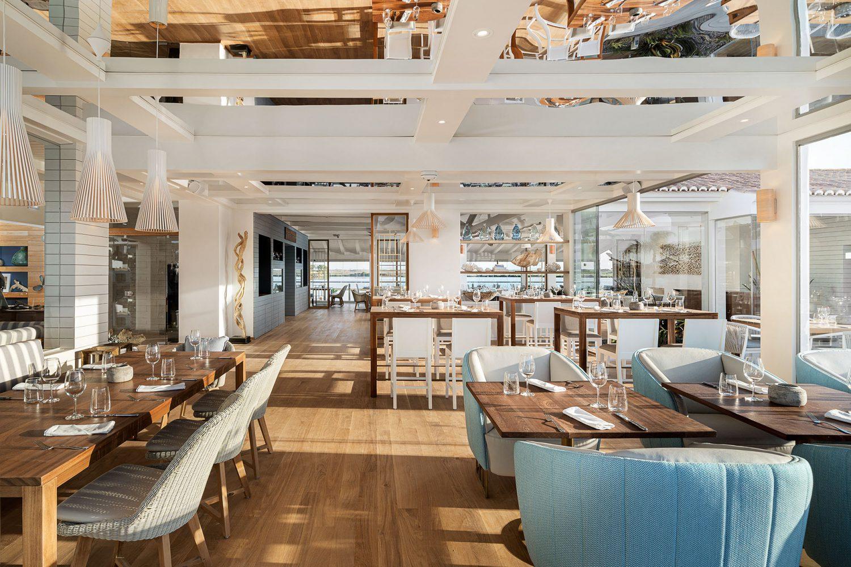 Thiết kế nội thất nhà hàng chuyên nghiệp bên cạnh bờ biển với không gian sang trọng