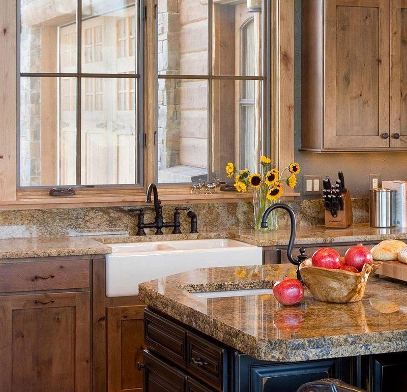 Tủ bếp gỗ tự nhiên kiểu cổ điển