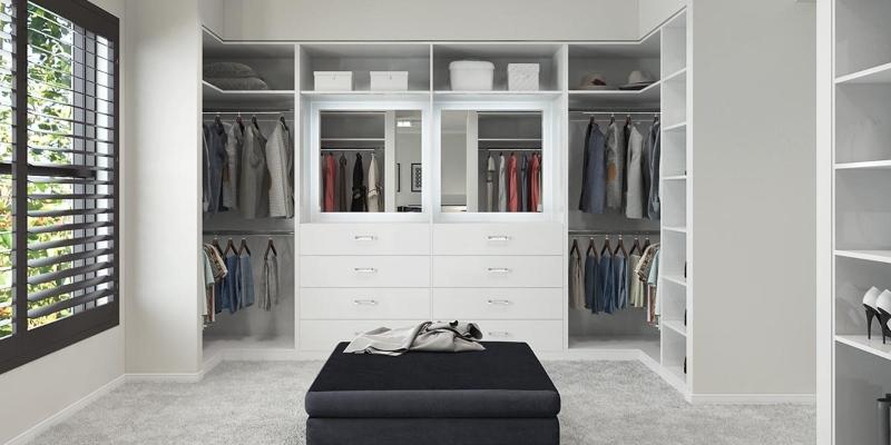 Thiết kế phòng quần áo đơn giản với tông màu trắng làm chủ đạo