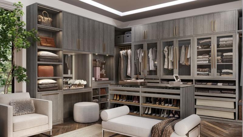 Tông màu xám và vật liệu gỗ tạo nên sự sang trọng của phòng quần áo