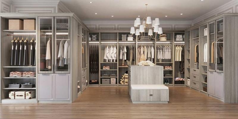 Phòng quần áo được đang trí bằng đèn chùm lạ mắt