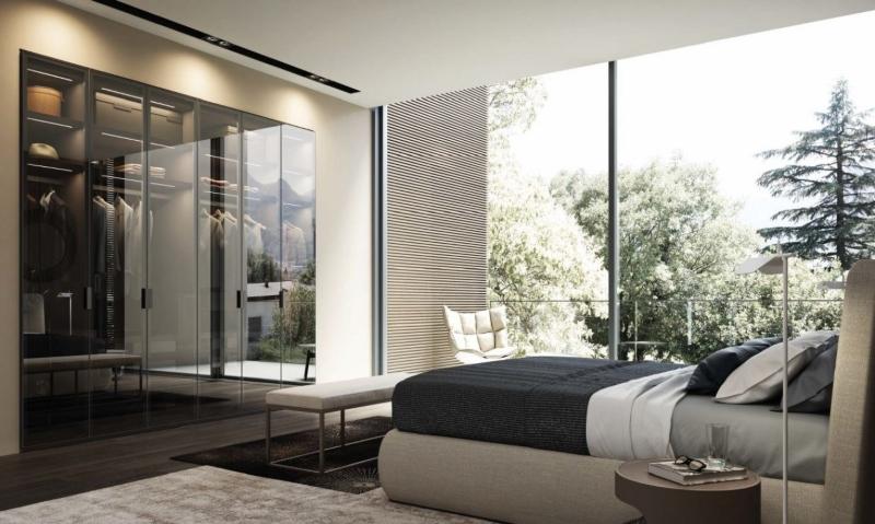 Phòng ngủ và phòng quần áo được ngăn cách bằng cửa lùa kính trong suốt