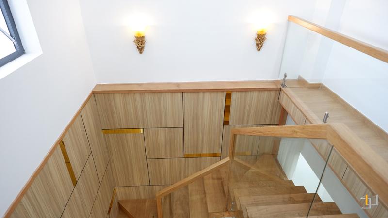 Cầu thang phòng khách lan can kính