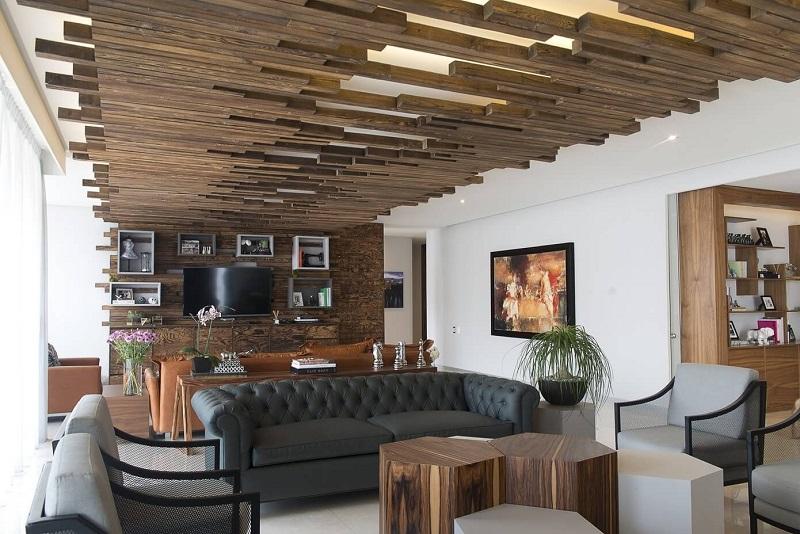 Ốp trần gỗ giúp tăng chiều sâu cho mẫu phòng khách nhà ống đẹp