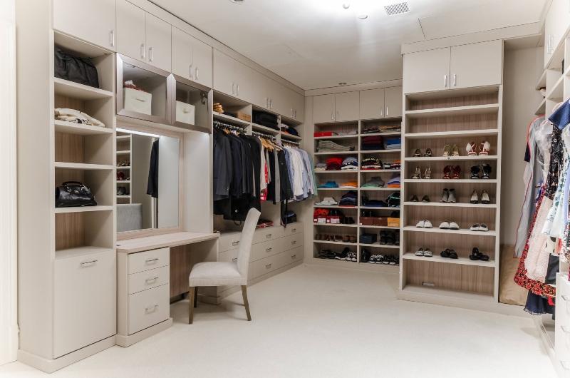 Thiết kế phòng thay đồ tông màu trắng mang lại cảm giác rộng rãi