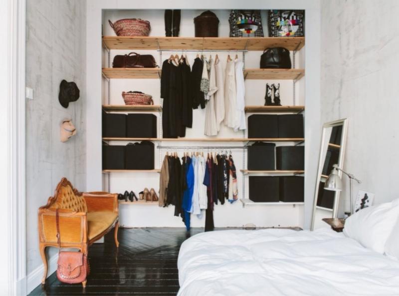 Tủ quần áo dạng mở được bố trí trong phòng ngủ