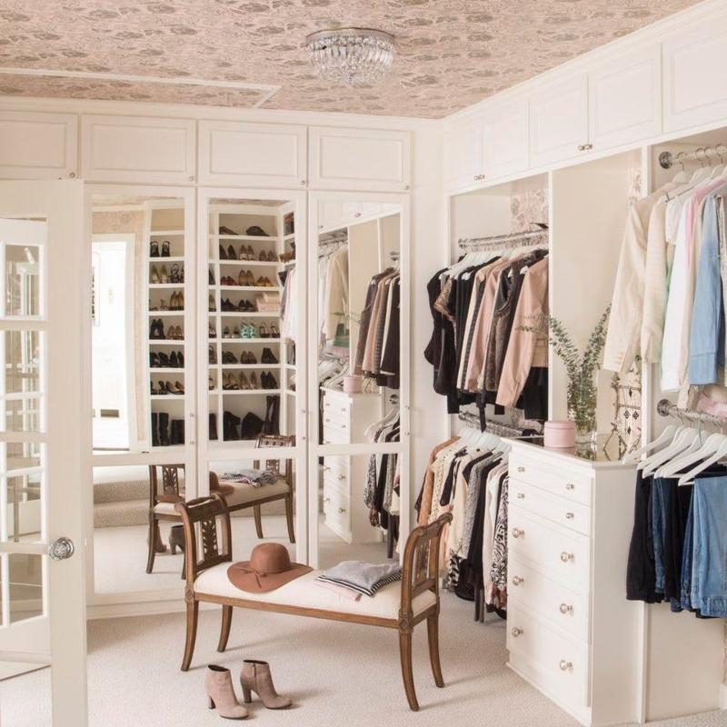 Tủ quần áo màu trắng được tạo điểm nhấn bằng tay nắm tròn có họa tiết tinh tế